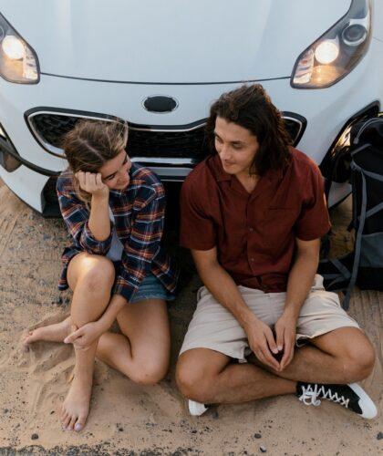 парень и девушка возле машины