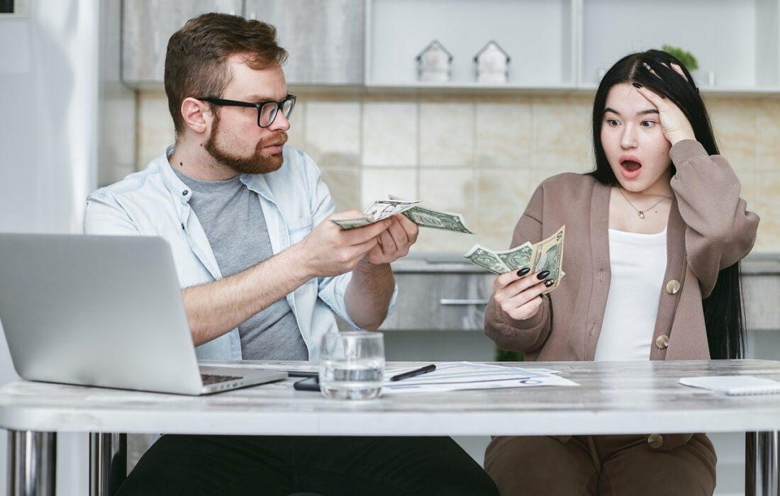пара считает деньги