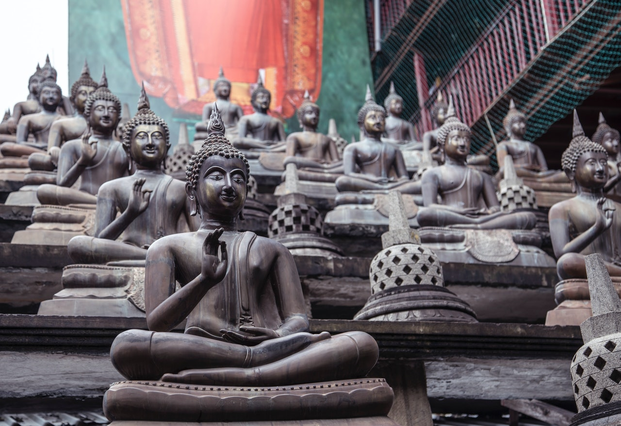 статуи медитирующего будды