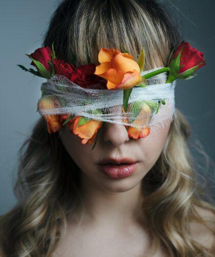 девушка с цветами на глазах
