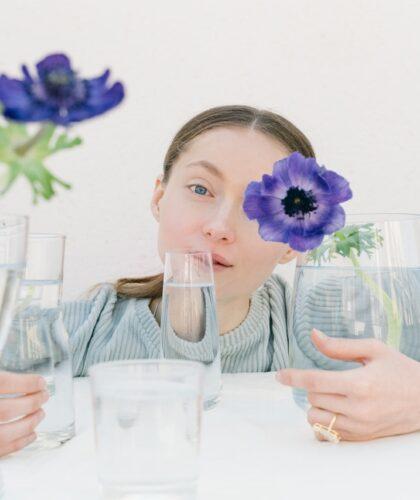 девушка с сосудами и цветами