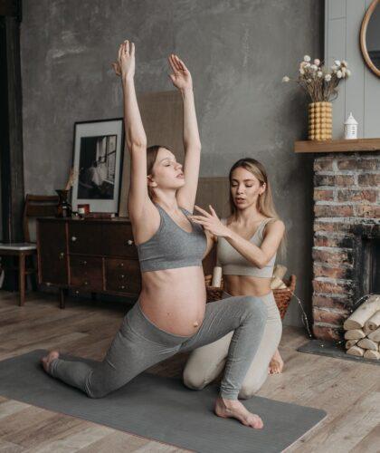 беременная занимается с тренером