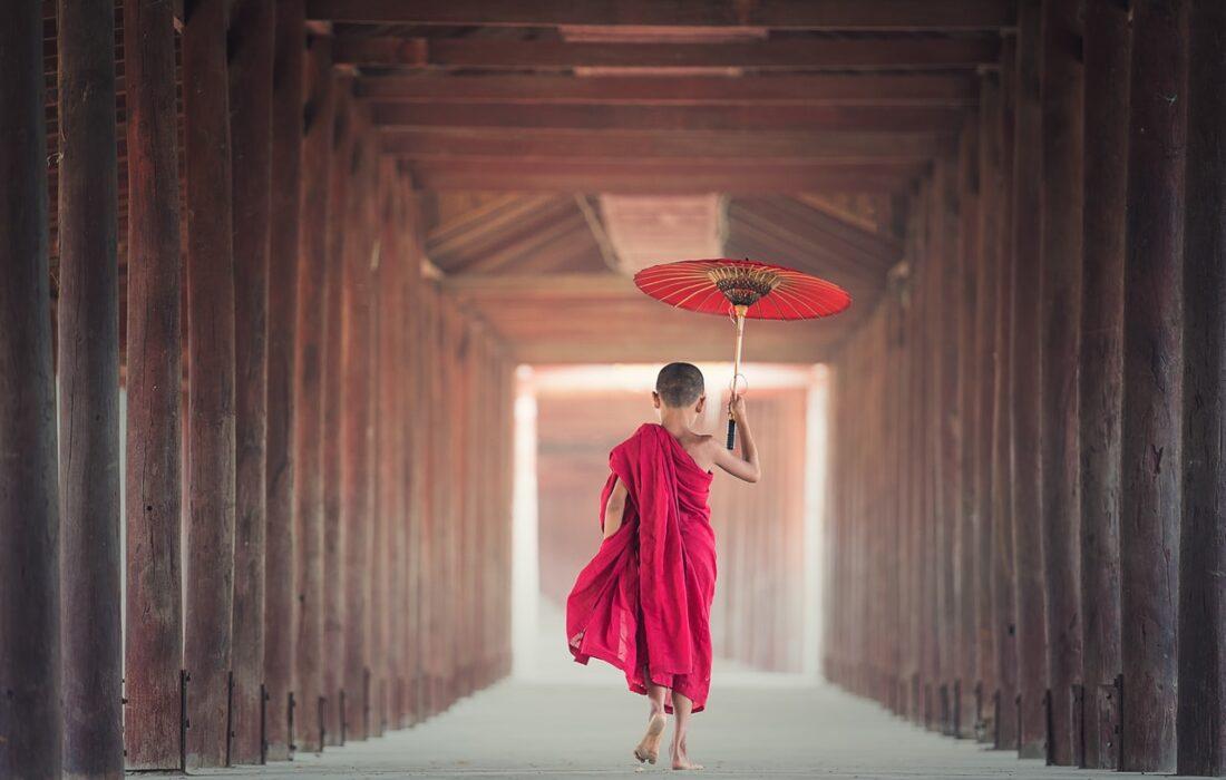 китайский мальчик в робе с зонтиком