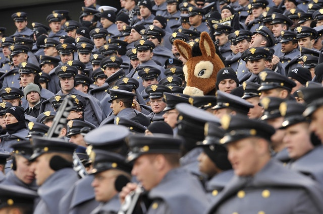 лошадиная голова среди милиционеров