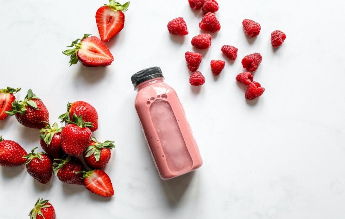 ягодный смузи и ягоды