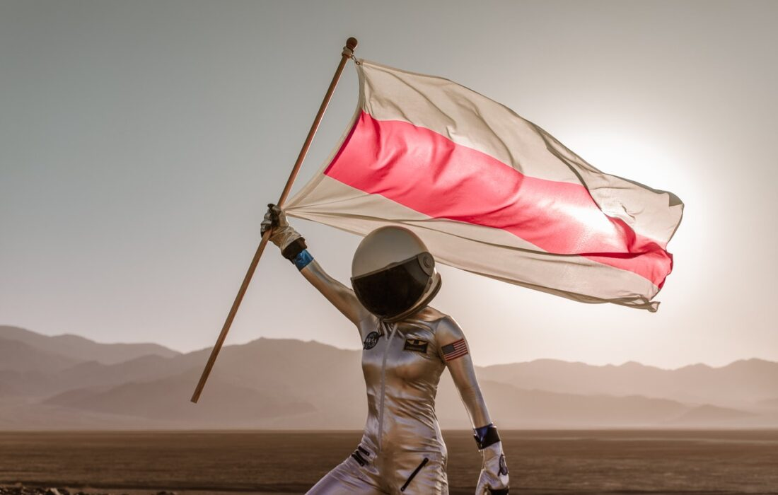 девушка-космонавт с флагом
