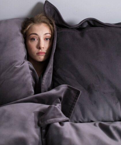 девушка спряталась в подушках