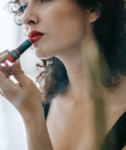 девушка красит губы