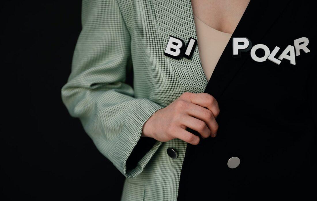 "надпись ""биполярка"" на пиджаке девушки"