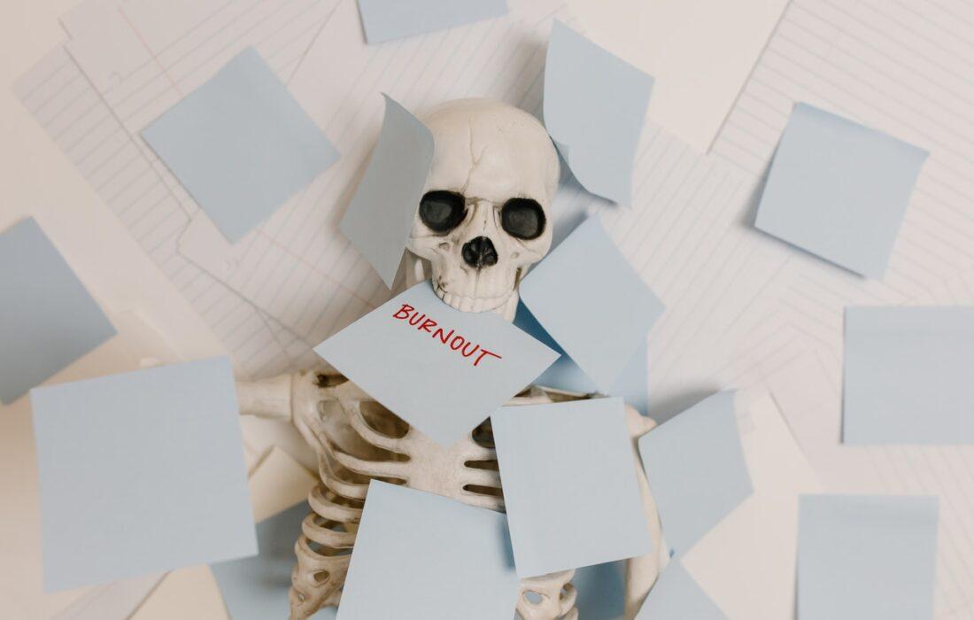 скелет со стикерами