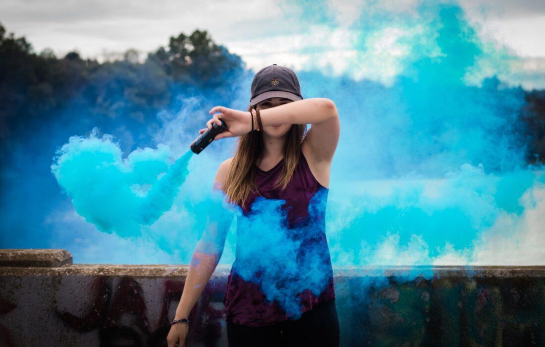 девушка с синим дымом