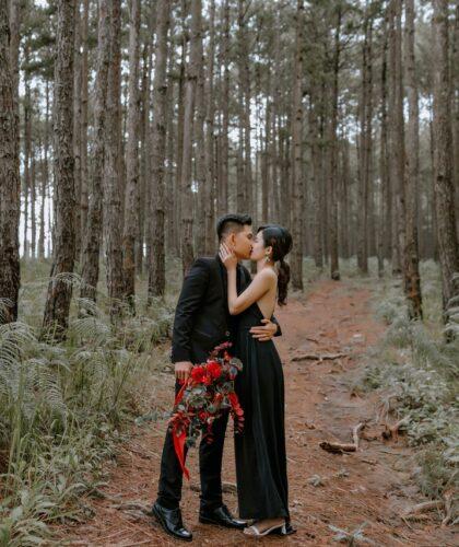 парень и девушка в лесу