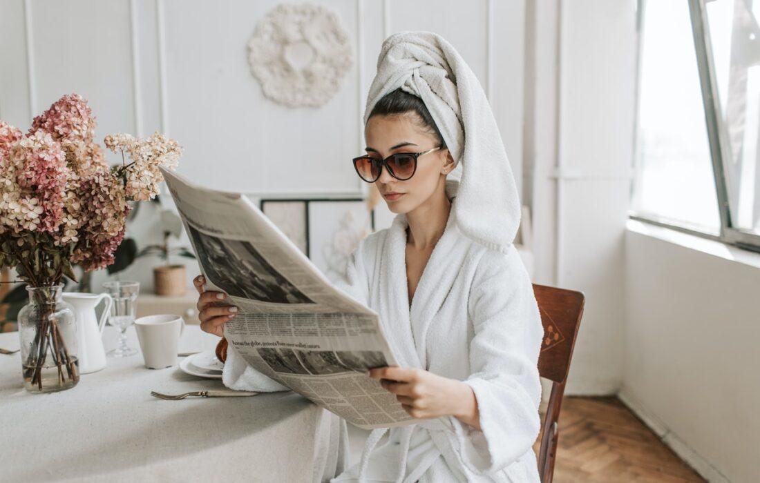 девушка в халате читает газету