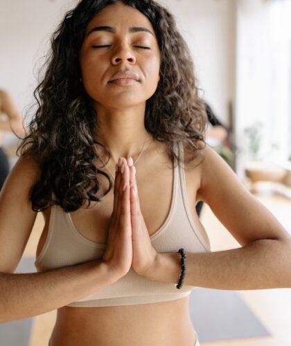 девушки медитируют