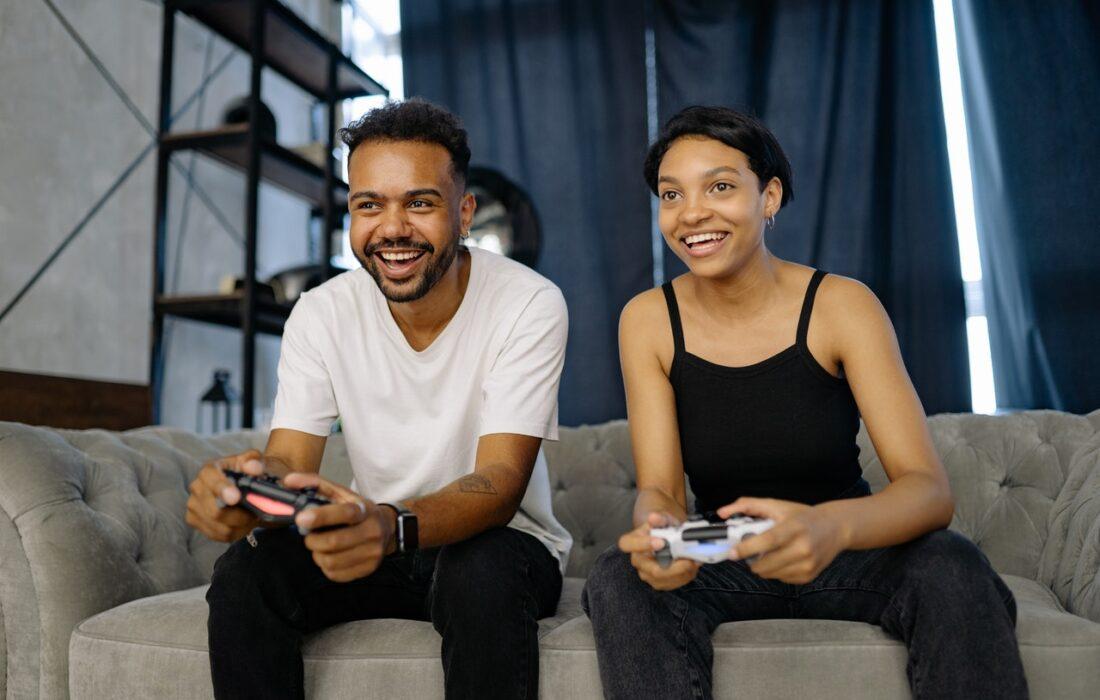 парень и девушка играют