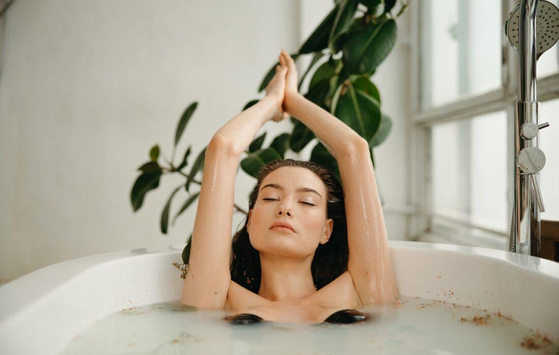 девушка расслабляется в ванной