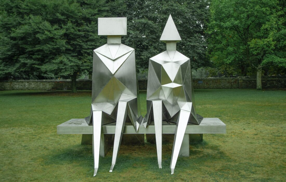 фигурные статуи парня и девушки