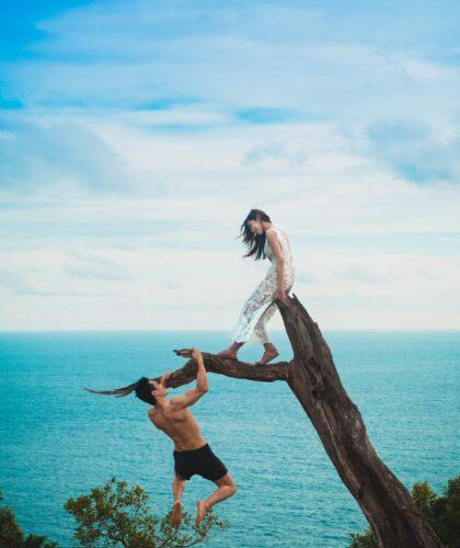 девушка и парень свисает с дерева