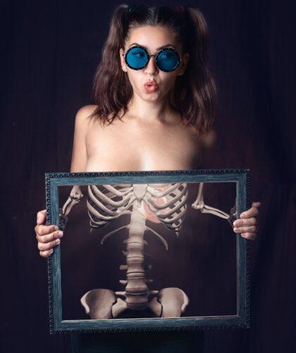 девушка с картиной скелета
