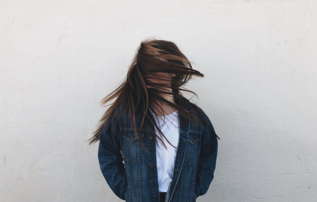 девушка машет волосами