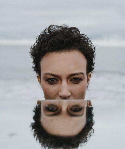 девушка и отражение
