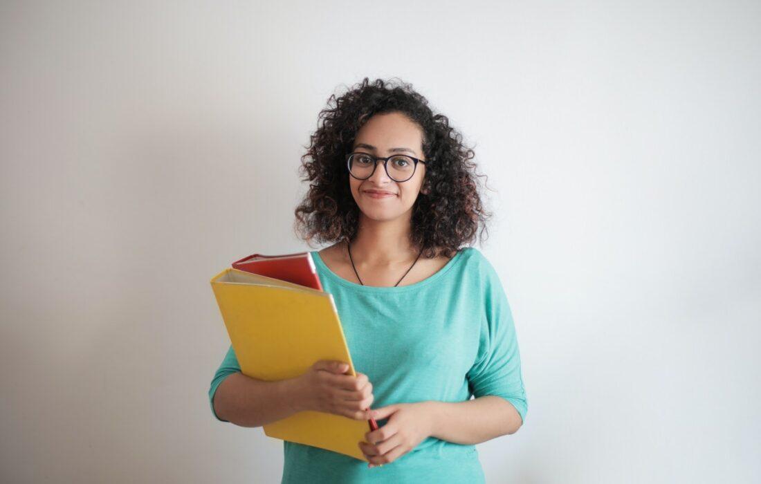 девушка с папками