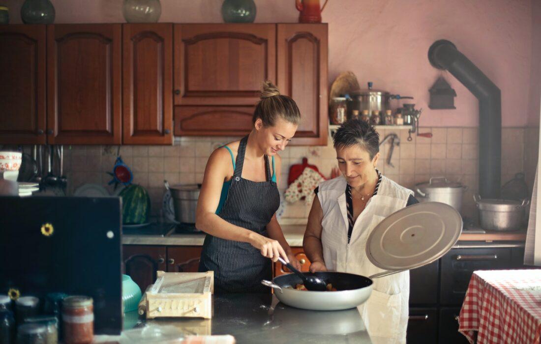 мать и дочь готовят