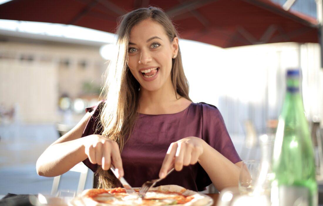 девушка кушает пиццу