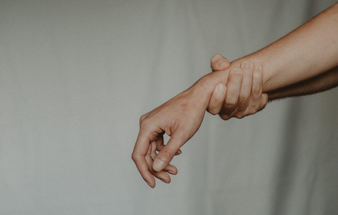 мужская рука держит женскую