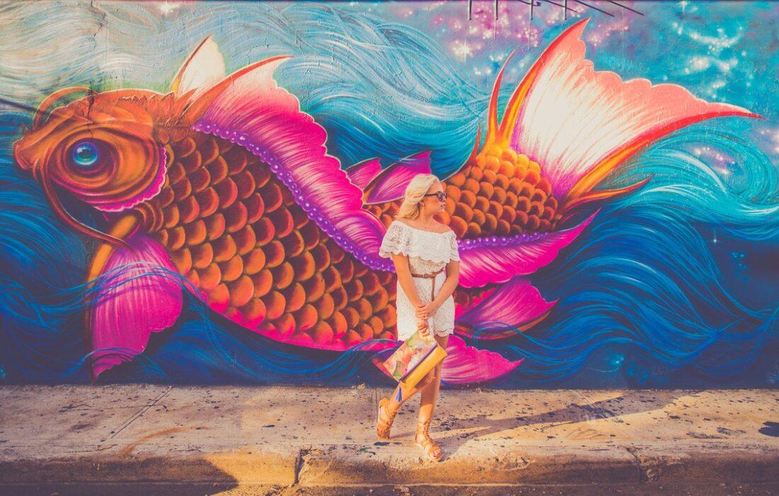 девушка на фоне арта рыбы