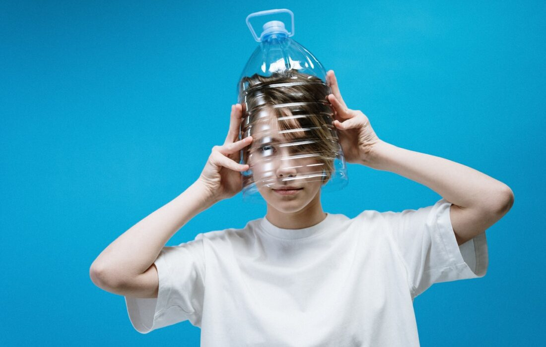 девушка с бутылкой на голове