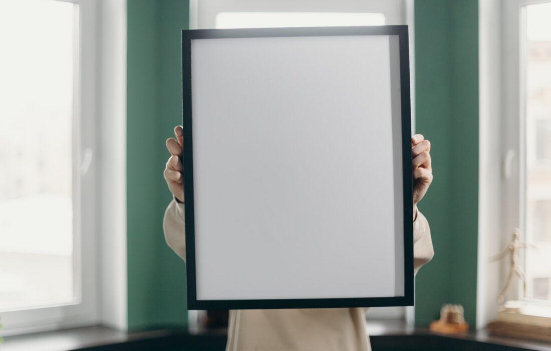 девушка с рамкой для фото