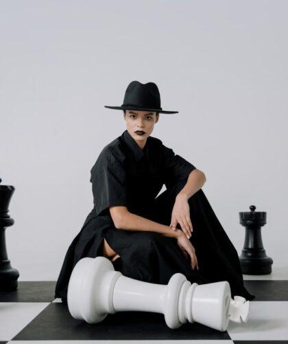 девушка на шахматной доске