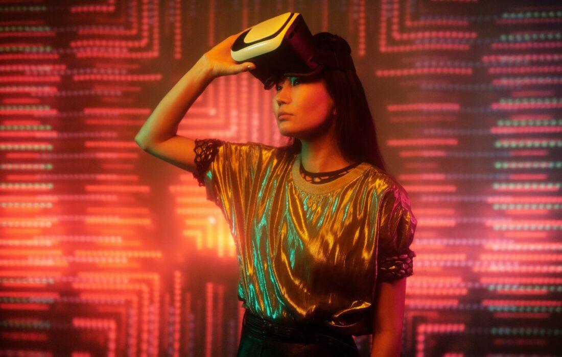 девушка с VR-очками