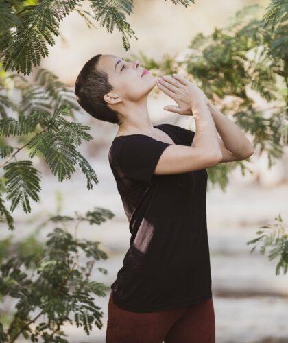 девушка медитирует на природе