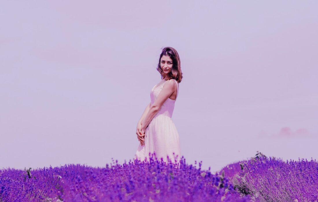 девушка в сиреневом поле