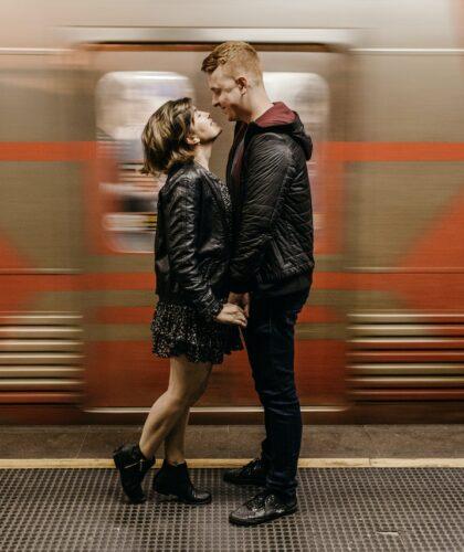 пара на вокзале