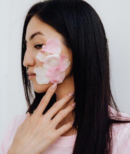 лепестки на лице