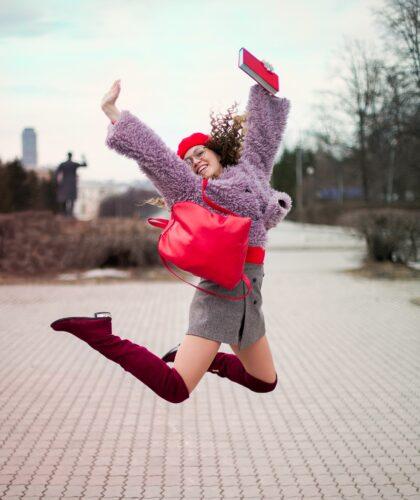 девушка прыгает вверх