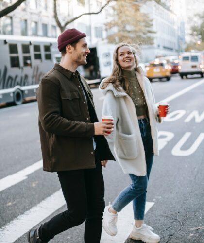 пара на прогулке
