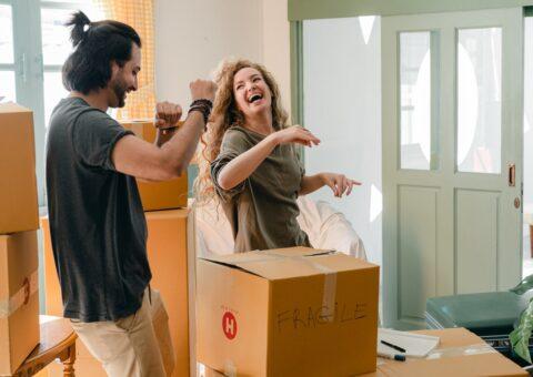 жена и муж переезжают