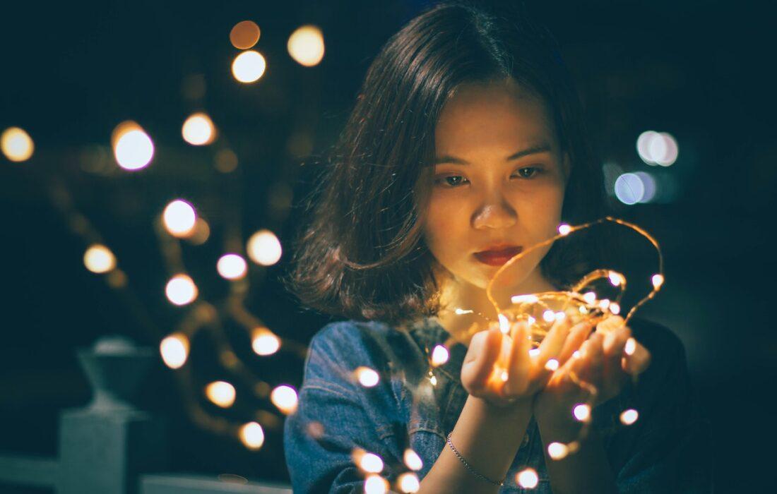 девушка с огоньками