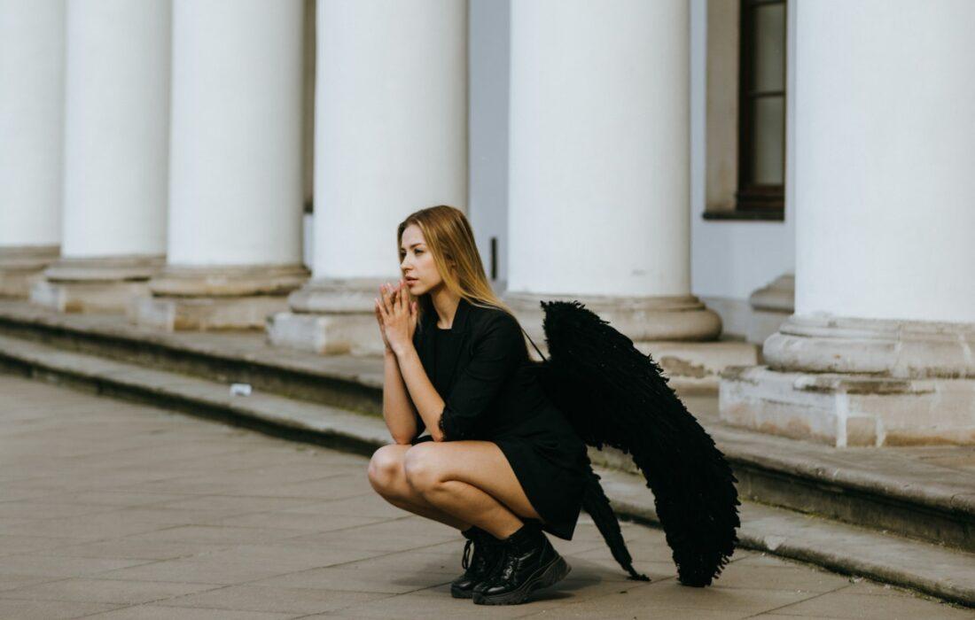 девушка с черными крыльями