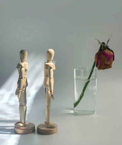 фигурки людей и завявший цветок