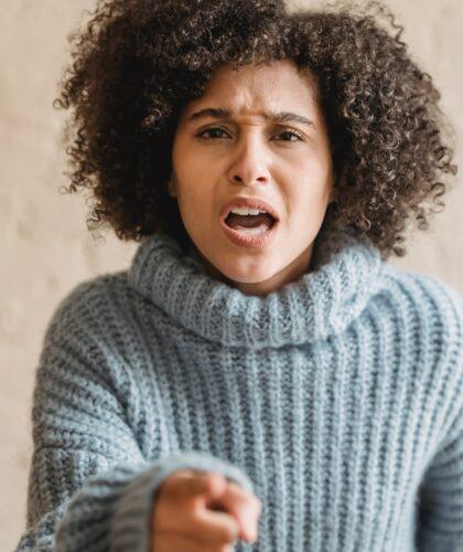 девушка злится
