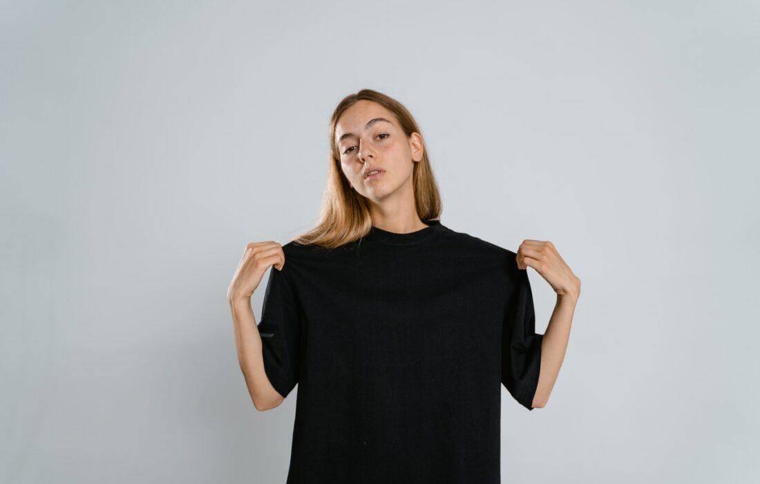 девушка в черной футболке