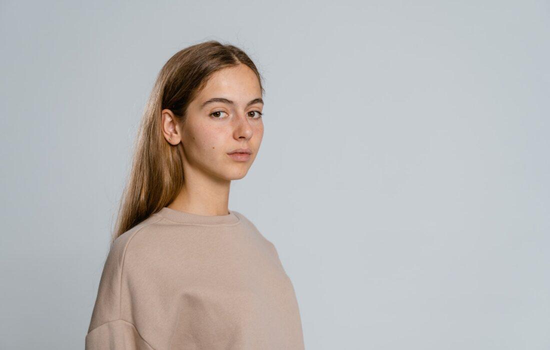 девушка в бежевом свитшоте