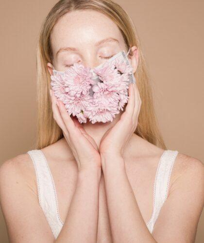 маска с цветами на лице