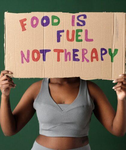 """надпись """"еда - это топливо, а не терапия"""""""