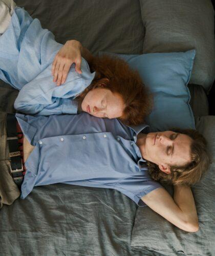 пара спит на кровати